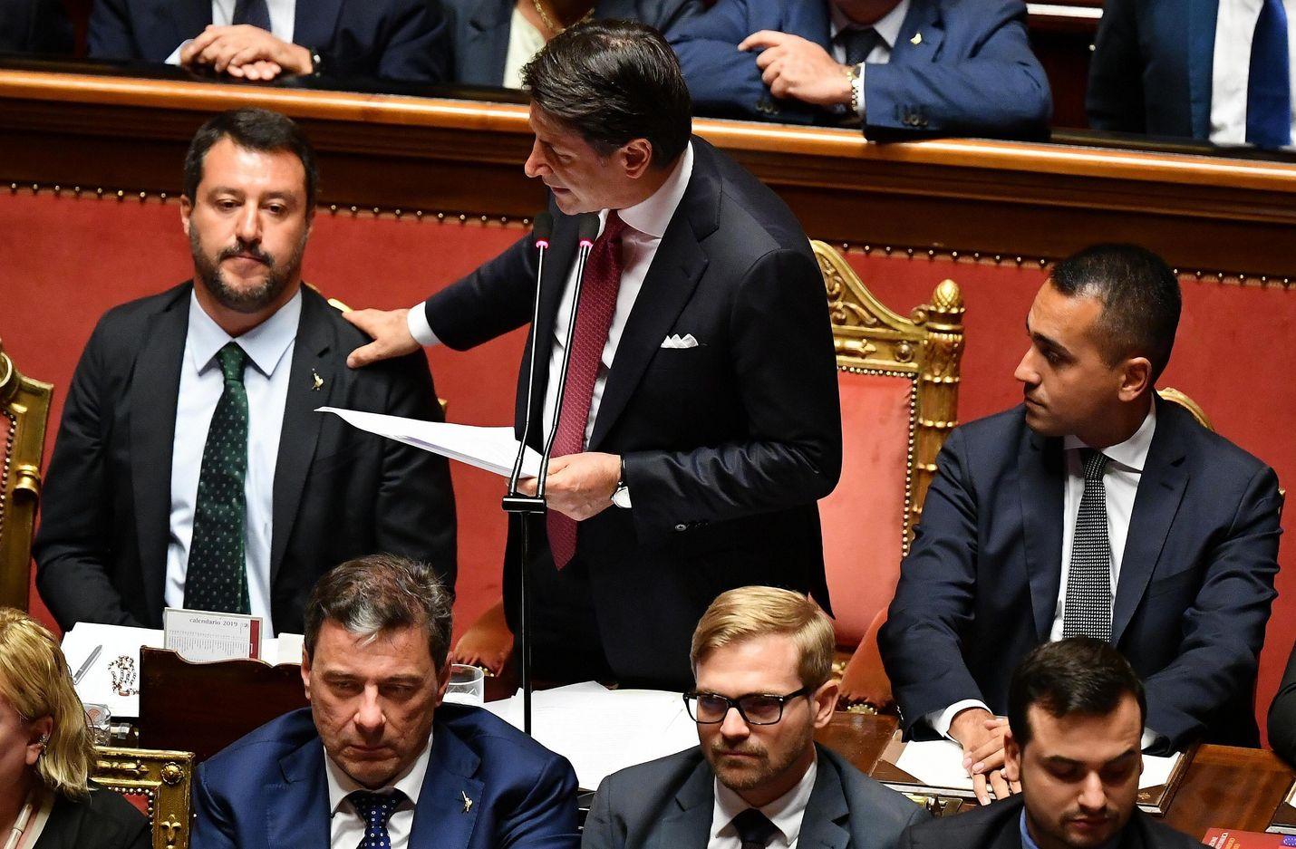 Pääministeri Giuseppe Conte (keskellä) ripitti varapääministerin ja sisäministerin Matteo Salvinin (vas.) samalla, kun hän ilmoitti erostaan.