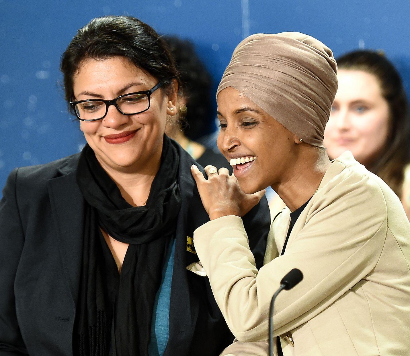Edustajainhuoneen demokraattijäsenet Ilhan Omar (oik.) ja Rashida Tlaib pitivät tiedotustilaisuuden Minnesotan St. Paulissa maanantaina.