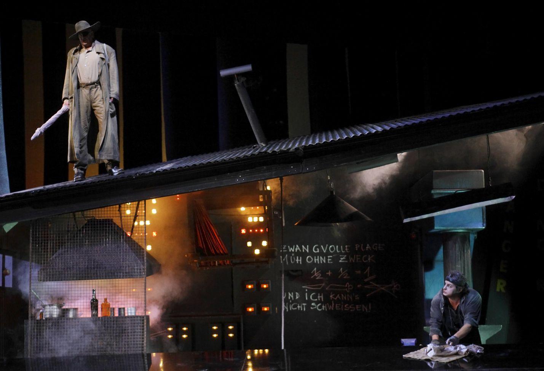 Edellisestä Kansallisoopperan Ringistä on kulunut kahdeksan vuotta: kuvassa Terje Stensvold Wandererina ja Colin Judson Mimen roolissa sarjan kolmannen oopperan, Siegfridin, pyörteissä. Uutta Siegfried-tulkintaa esitetään kaudella 2020–2021.