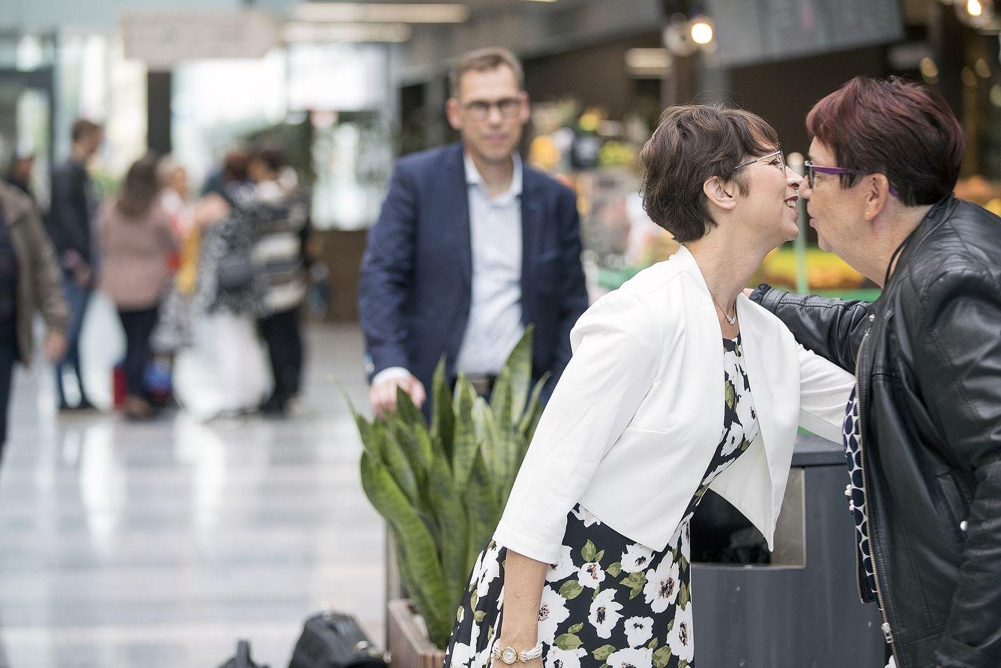 Kristillisten puheenjohtaja Sari Essayah sai halauksen Oulun Valkean kauppakeskuksessa puolueen ensimmäiseltä varapuheenjohtajalta Tiina Tuomelalta.
