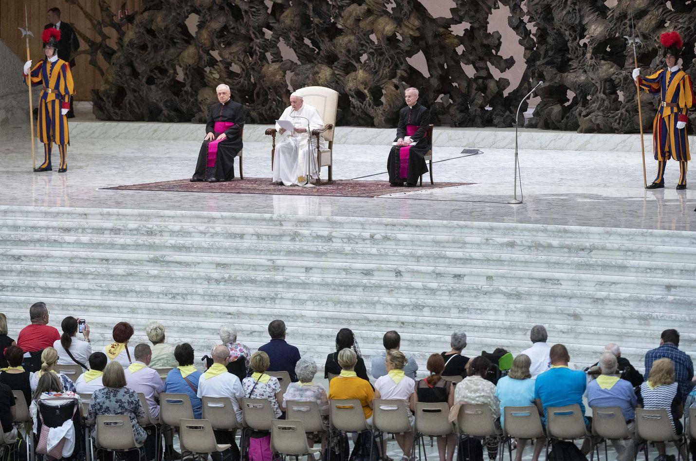 Paavi Fransiscus (keskellä) on aiemminkin vedonnut ympäristön puolesta. Hän on myös puolustanut Amazonin alkuperäisasukkaiden oikeuksia maansa ja kulttuurinsa säilyttämiseen.