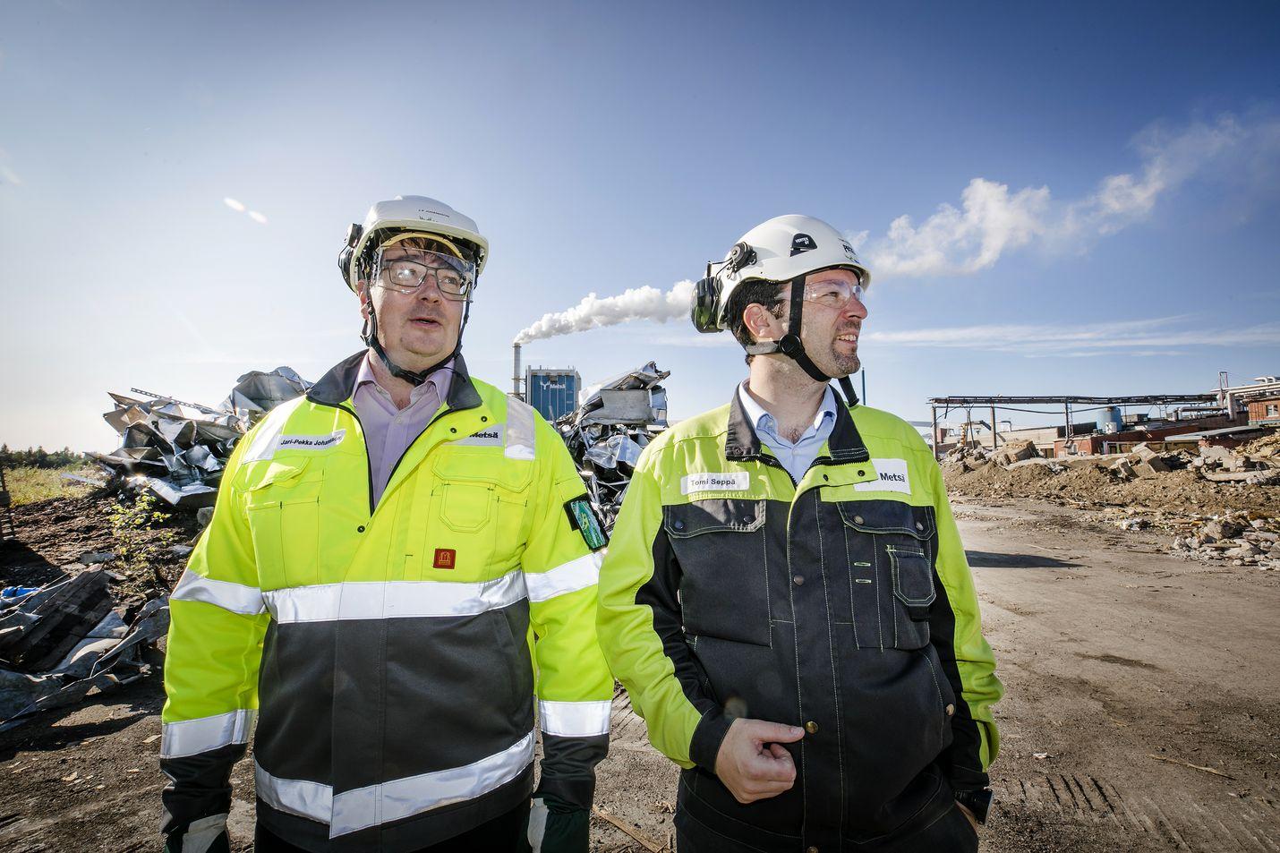 Metsä Groupin Kemin biotehtaan projektijohtaja Jari-Pekka Johansson (vas.) ja Kemin-tehtaiden johtaja Tomi Seppä katselevat Sahansaaren purkutyömaata, jonne rakennetaan uusi tehdas. Kemissä sellua on keitetty sadan vuoden ajan. Nykyinen tehdas on merkittävä työllistäjä.