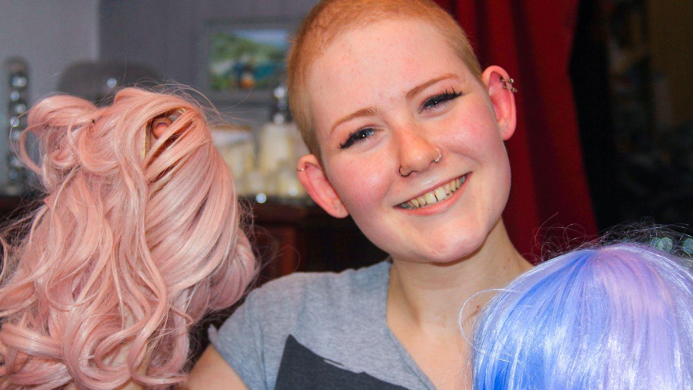 Chloe Thurloe menetti pitkät vaaleat hiuksensa kemoterapiassa. Hänellä on kokelma erilaisia perukkeja.