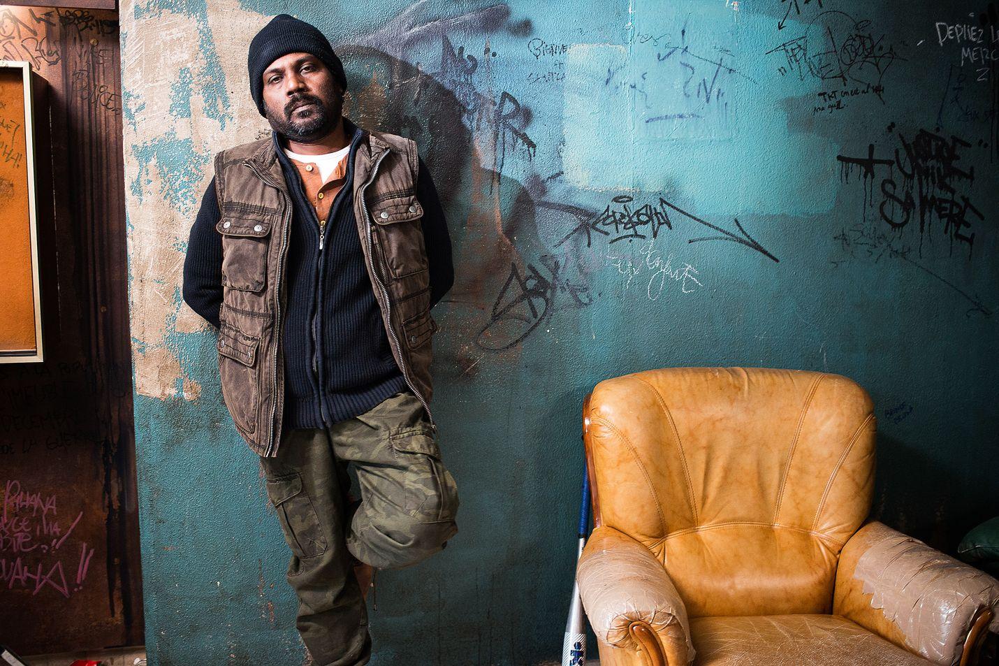 Jacques Audiardin Cannesin Kultaisen palmun 2015 voittanut draama kertoo tamiilipakolaisista, jotka esittävät perhettä selvitäkseen Ranskassa. Slummialueella Dheepan joutuu tahtomattaan mukaan jengisotaan. Kuvassa Dheepan (Jesuthasan Antonythasan).