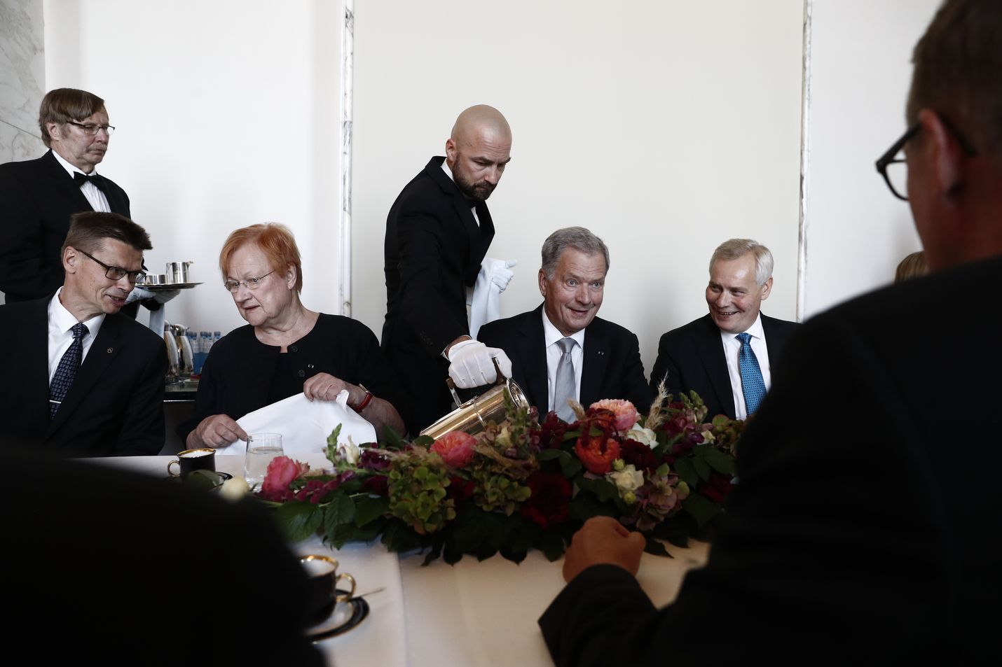Tasavallan presidentti Sauli Niinistö osallistui eduskunnassa hallitusmuodon satavuotisjuhliin. Kahvitilaisuudessa vieressä istuivat presidentti Tarja Halonen ja pääministeri Antti Rinne.