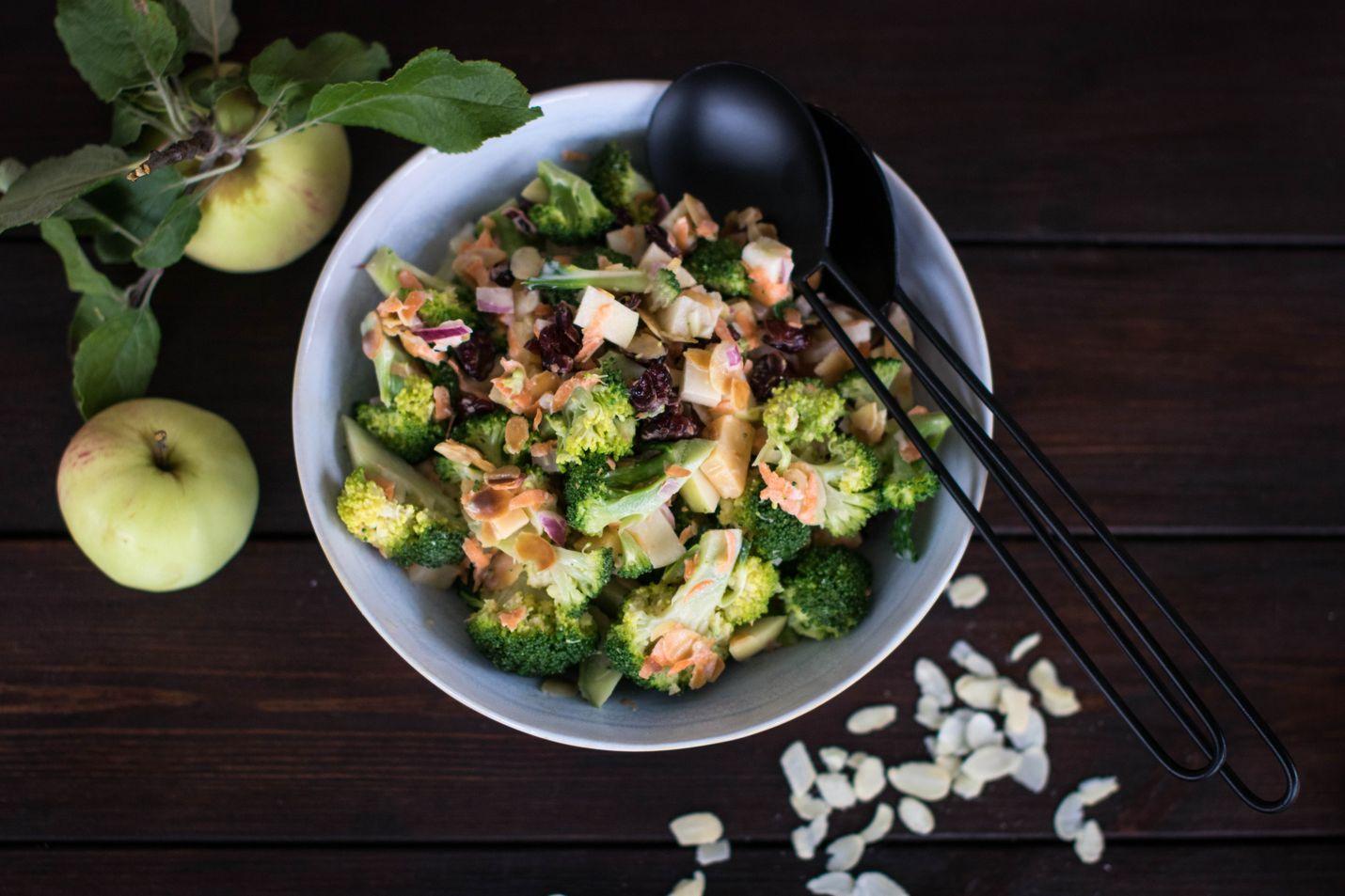 Rapeana rouskuva omena-parsakaalisalaatti on syksyn suosikki. Vaihtelua siihen saat kokeilemalla erilaisia juustoja ja pähkinöitä. Vegaaniversio valmistuu käyttämällä kastikkeena vegaanista piparjuurimajoneesia ja jättämällä juusto pois.
