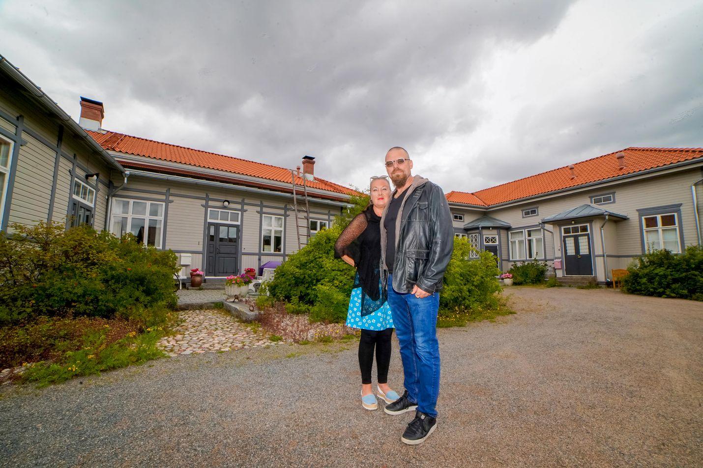 Taustalla kuvassa olevan Tullin talon remontoineet Jaana ja Juha Manner kertovat, ettei kannata ostaa vanhaa taloa, jos ei ole kiinnostunut remontoimisesta.