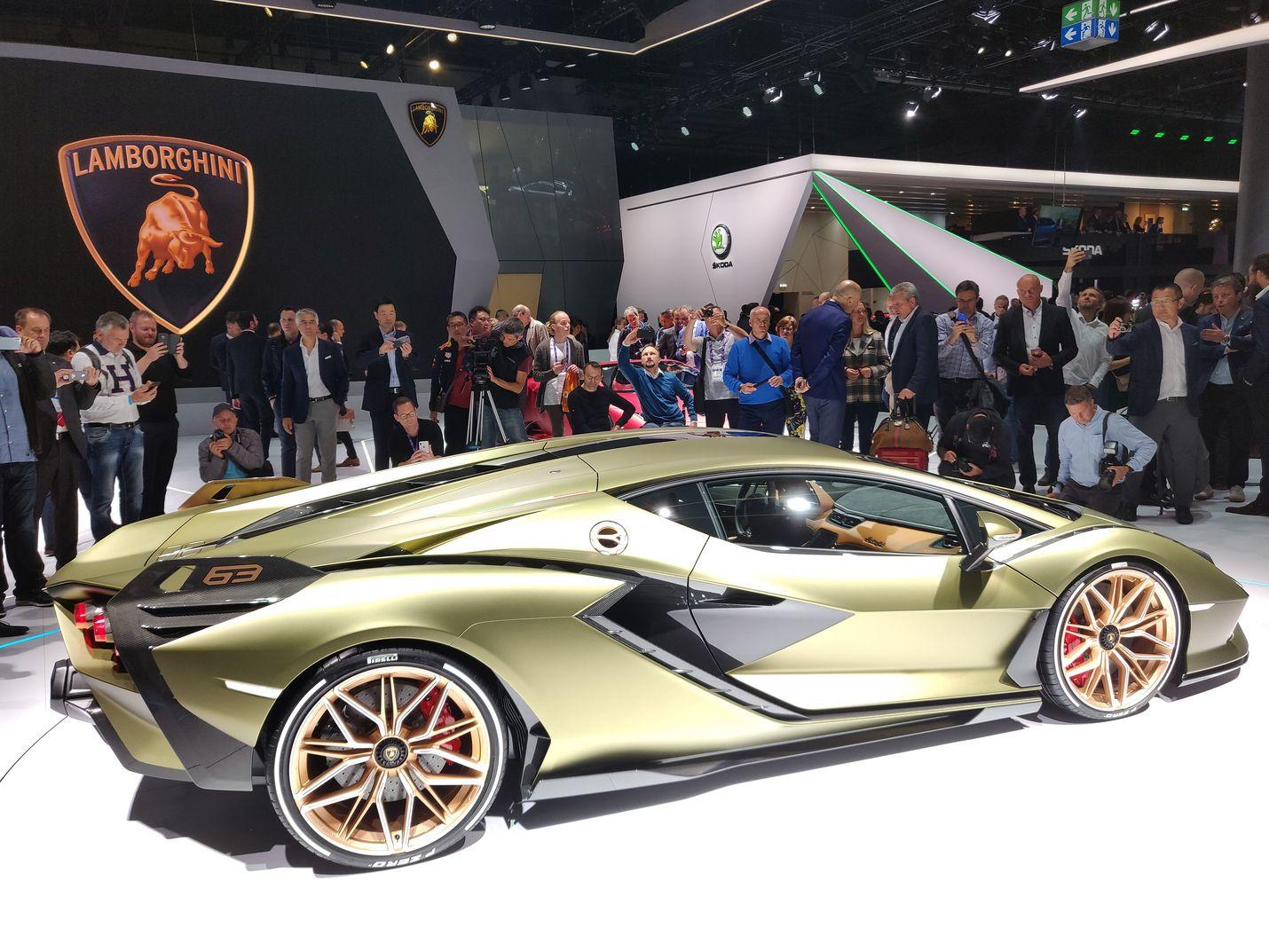 Sähköaikakaudella mikään ei ole pyhää edes Lamborghinissa, paitsi ehkä muotoilu. Sián-mallissa Lambon perinteiseen vapaasti hengittävään V12-moottoriin on yhdistetty 34 lisähevosta tuottava sähkömoottori. Yhteisteho on tyrmäävät 819 pollea ja huippunopeus yli 350 km/h. Auto ei ole vielä myynnissä.