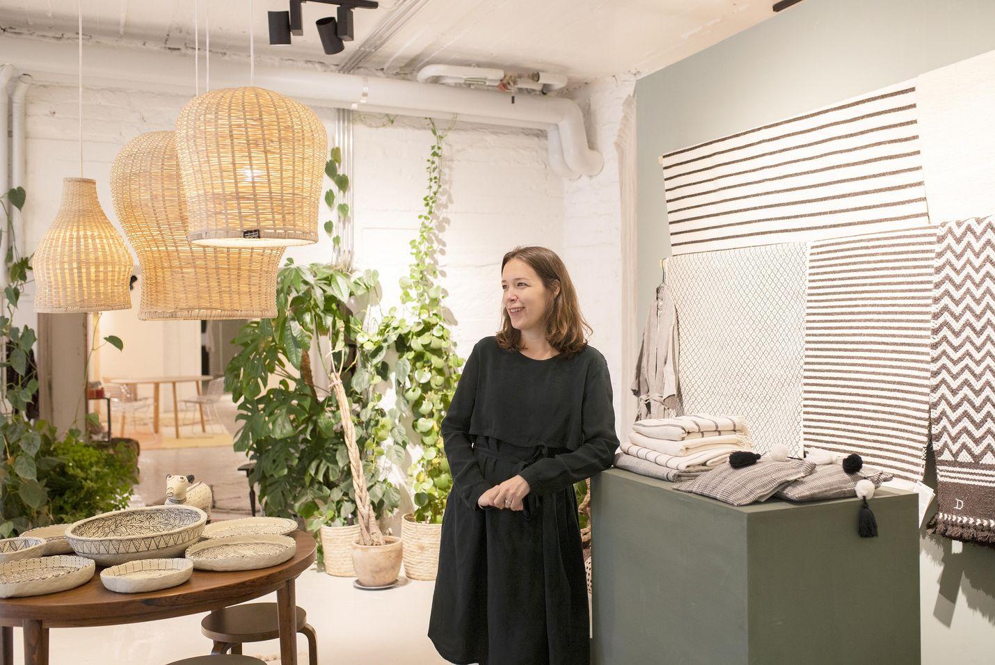 Toimitusjohtaja Taina Snellman-Langenskiöld on suunnitellut Habitaren Eettisen alueen. Omassa yrityksessään hän tuottaa muun muassa käsin tehtyjä bambuvalaisimia ja villamattoja.