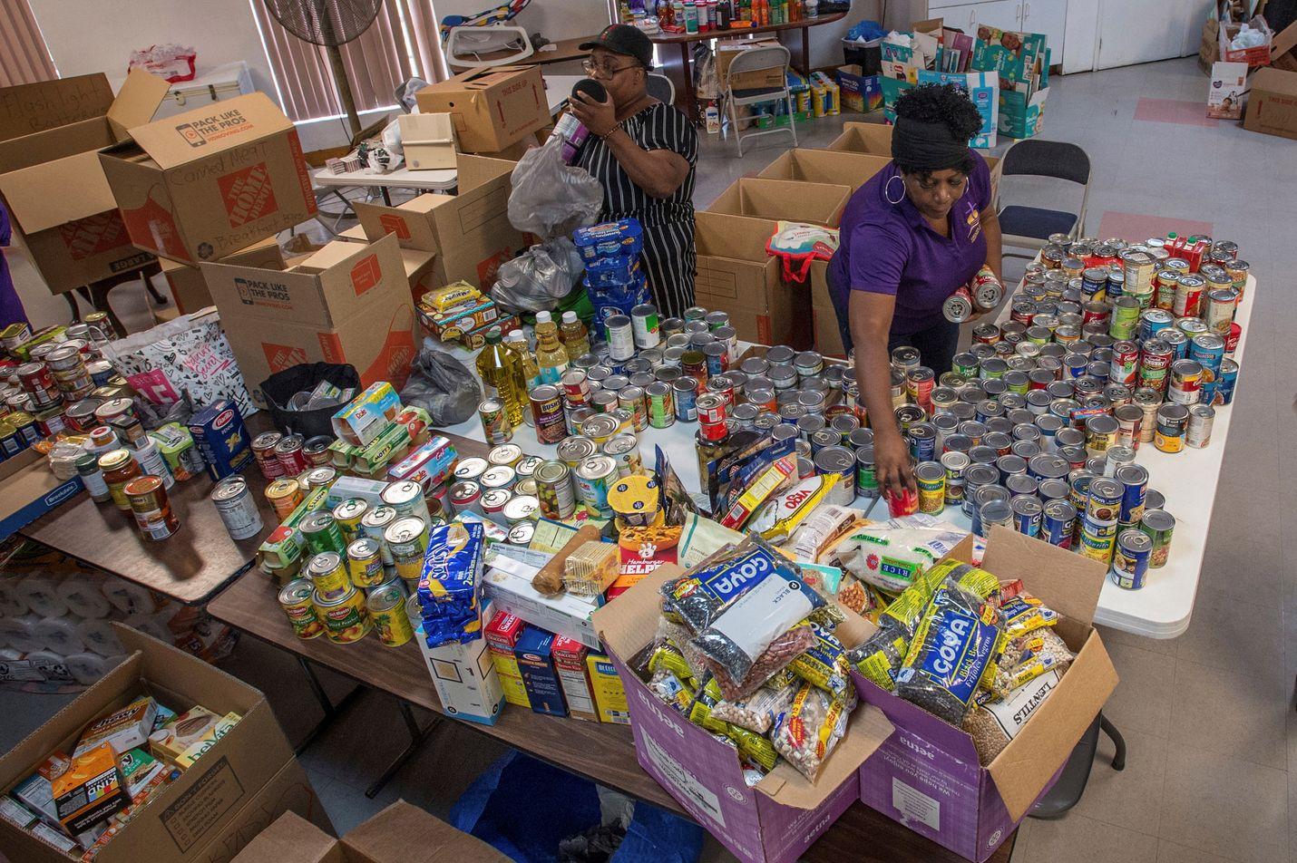 Vapaaehtoiset pakkaavat Dorianin uhreille Bahamalle tarkoitettua avustuslähetystä Miamissa, Floridassa.