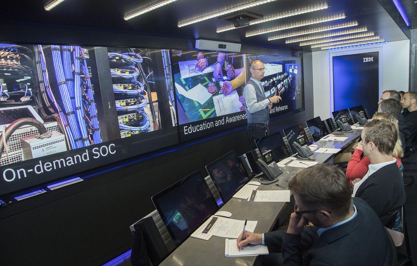 Johtava turvallisuusneuvoja Erno Doorenspleet esitteli viime viikolla toimittajille IBM:n operaatiokeskusta, jossa simuloidaan kuvitteellinen kyberhyökkäystilanne. Operaatiokeskus matkaa jättimäisen rekan kyydissä ympäri Eurooppaa kouluttamassa organisaatioita hyökkäysten varalle.