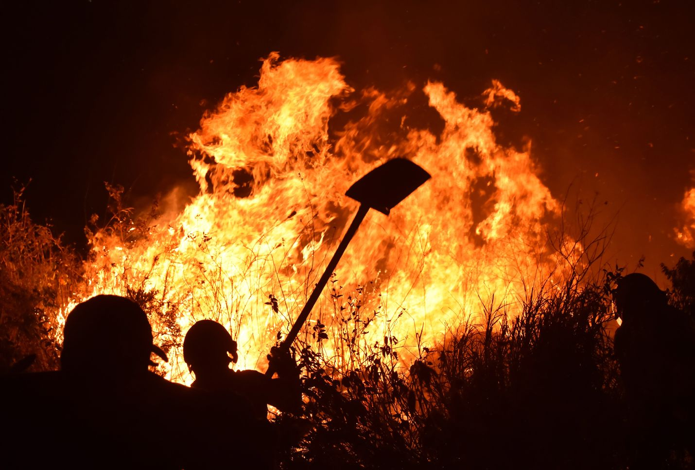 Palomiehet yrittivät sammuttaa metsäpaloa Kolumbian Calissa viime tiistaina. Metsien tuhoutuessa vapautuvat hiilipäästöt lämmittävät ilmakehää, mikä lisää metsäpalojen mahdollisuutta.