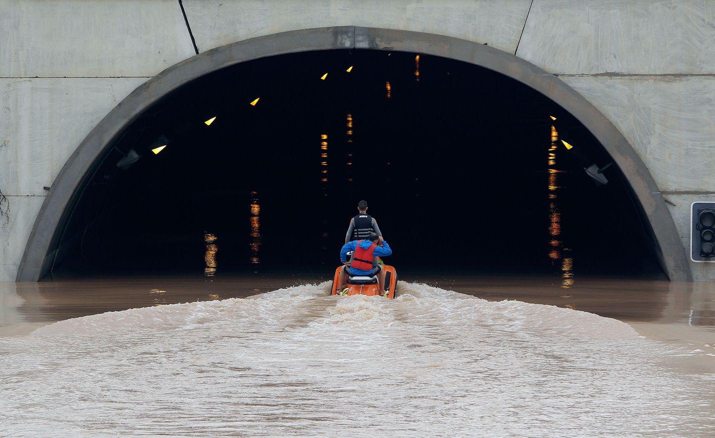 Pelastustiimin jäsenet yrittivät pelastaa ajoneuvoillaan tunneliin jumiin jääneitä ihmisiä Pilar de la Horadadassa, Espanjan Alicantessa perjantaina.