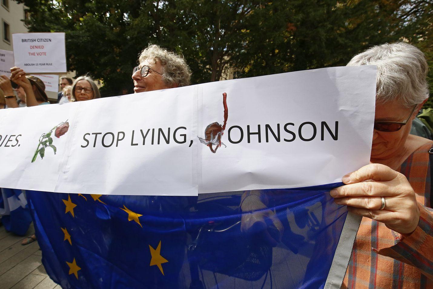 Brexitiä vastustavat mielenosoittajat vaativat pääministeri Boris Johnsonia lopettamaan valehtelemisen Luxemburgissa maanantaina.