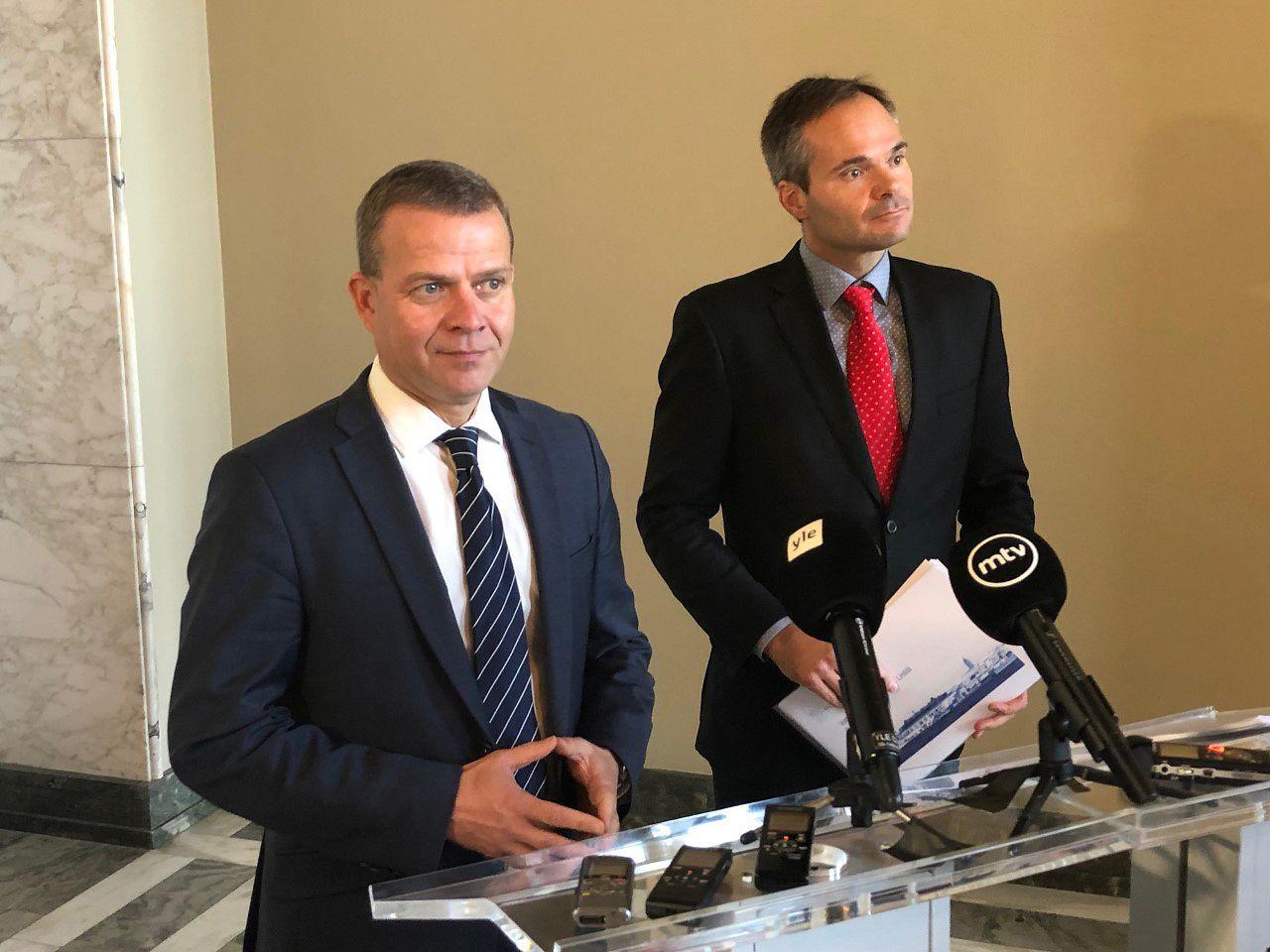 Kokoomuksen puheenjohtaja Petteri Orpo ja eduskuntaryhmän johtaja Kai Mykkänen esittelivät välikysymystä perjantaina eduskunnassa tiedotusvälineille.
