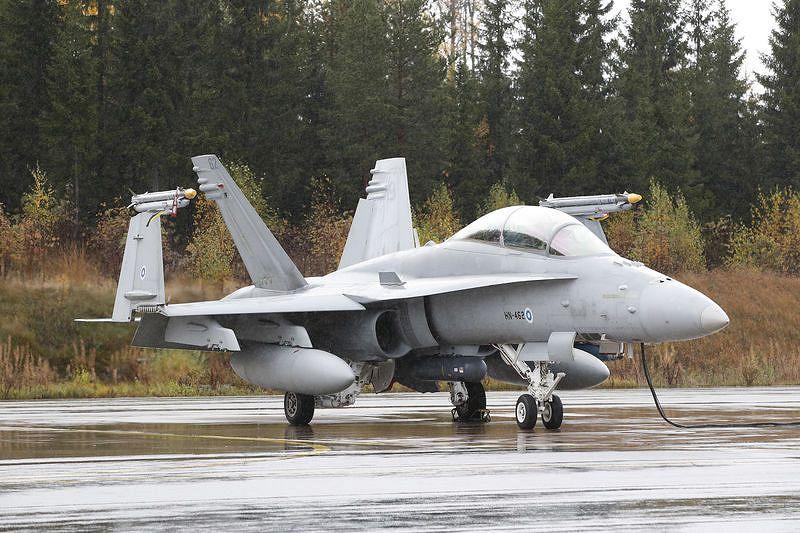 Suomen nykyinen Hornet-hävittäjä on kuvassa Satakunnan lennostossa Pirkkalassa, jossa tulevat hävittäjäkandidaatit testataan talviolosuhteissa.