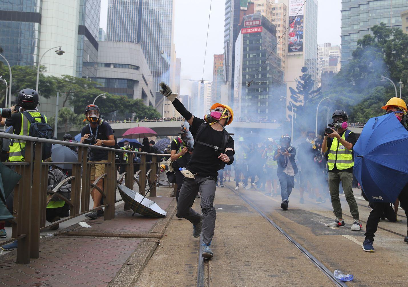 Mellakat ovat jatkuneet Hongkongissa jo kolme kuukautta. Sunnuntaina väkivaltaisuudet kiihtyivät taas.