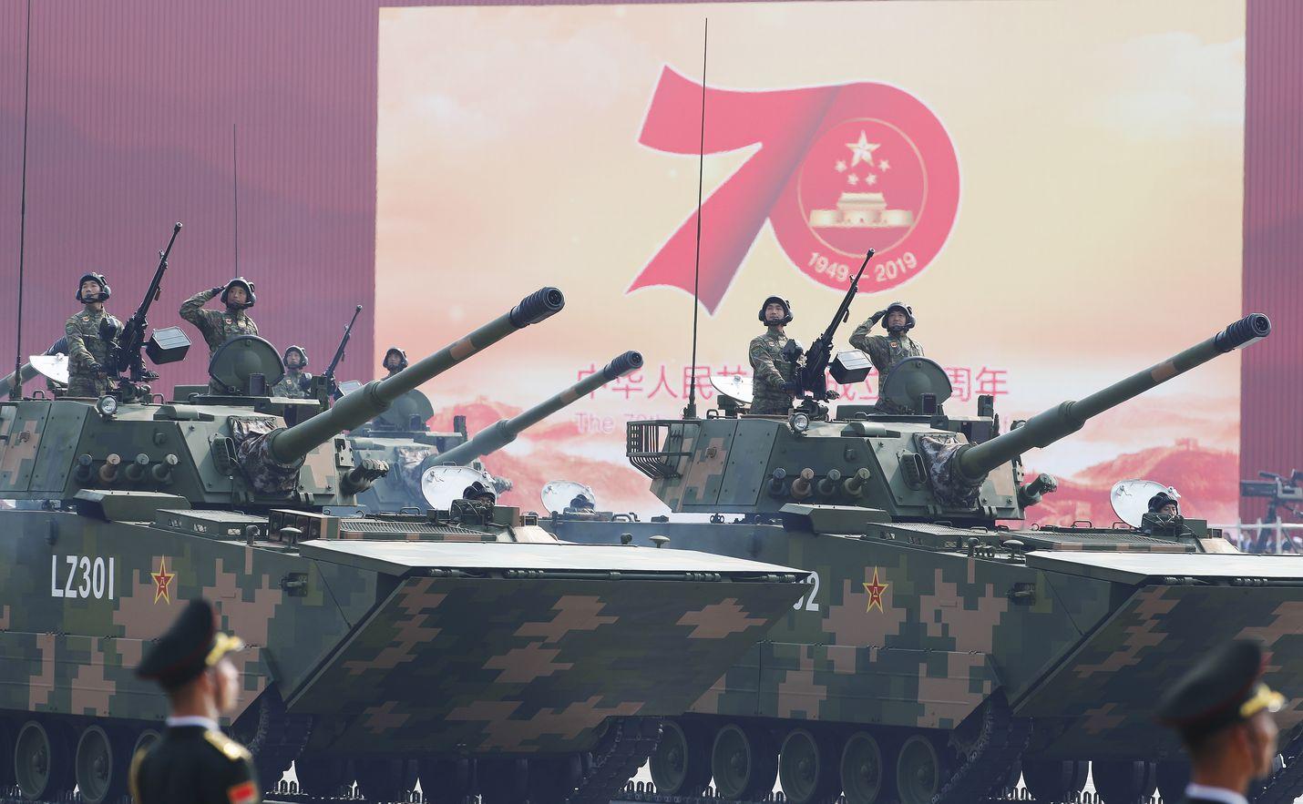 Panssarivaunut vyöryivät Pekingissä tiistaina Kiinan 70-vuotisjuhlallisuuksien paraatissa.