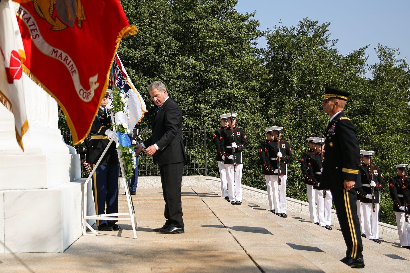 Tasavallan presidentti Presidentti Sauli Niinistö laski tiistaina tuntemattoman sotilaan haudalle sinivalkoisin kukkasin ja nauhoin koristellun seppeleen. Keskiviikkona Niinistö tapaa Yhdysvaltojen presidentin