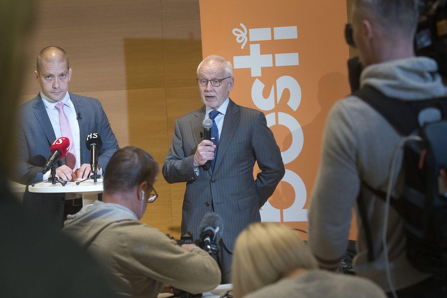 Postin hallituksen puheenjohtaja Markku Pohjola kertoi eronneen toimitusjohtajan Heikki Malisen toteuttaneen hallituksen asettamat tavoitteet. Vieressä vasemmalla on väliaikaiseksi toimitusjohtajaksi valittu Turkka Kuusisto.