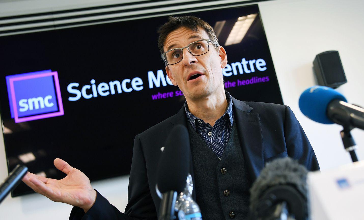 """Yksi fysiikan Nobel-voittajista, sveitsiläinen astrofyysikko Didier Queloz sanoi toimittajille Nobel-voiton olevan mahtava palkinto """"huippujännittävistä löydöksistä"""", joita hän on tehnyt yhdessä kollegoidensa kanssa."""