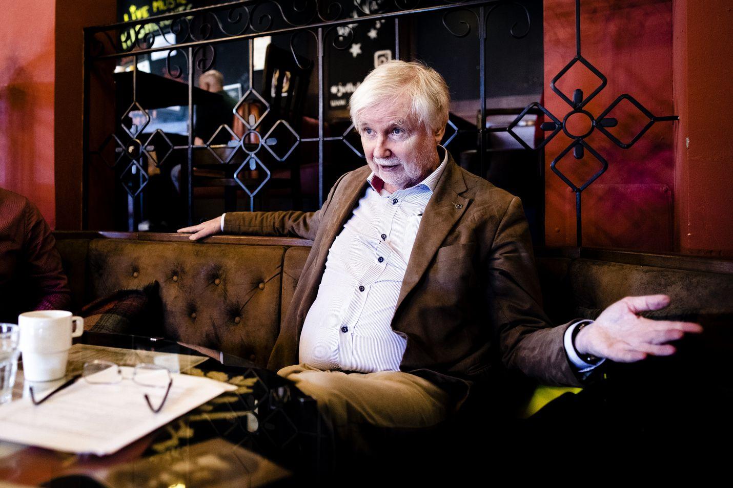 Entinen ulkoministeri Erkki Tuomioja (sd) lataa tuoreessa kirjassaan kovaa tekstiä puolueen entistä puheenjohtaja Paavo Lipposta kohtaan.