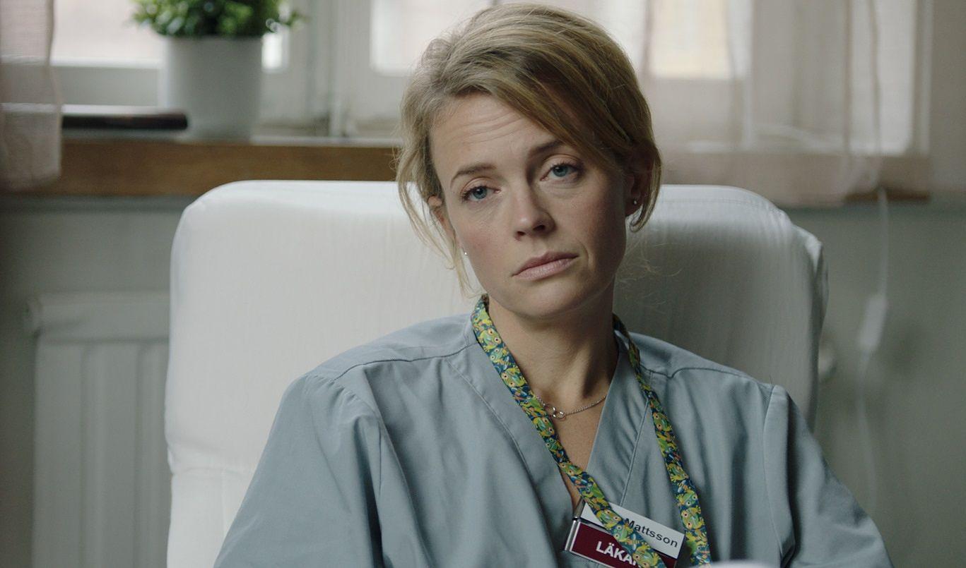 Solsidanista tuttu ruotsalaisnäyttelijä Josephine Bornebusch on käsikirjoittanut ja ohjannut romanttisen draamakomedian Rakasta mua. Hän esittää itse sen pääosaa, sinkkua lääkäriä Claraa.