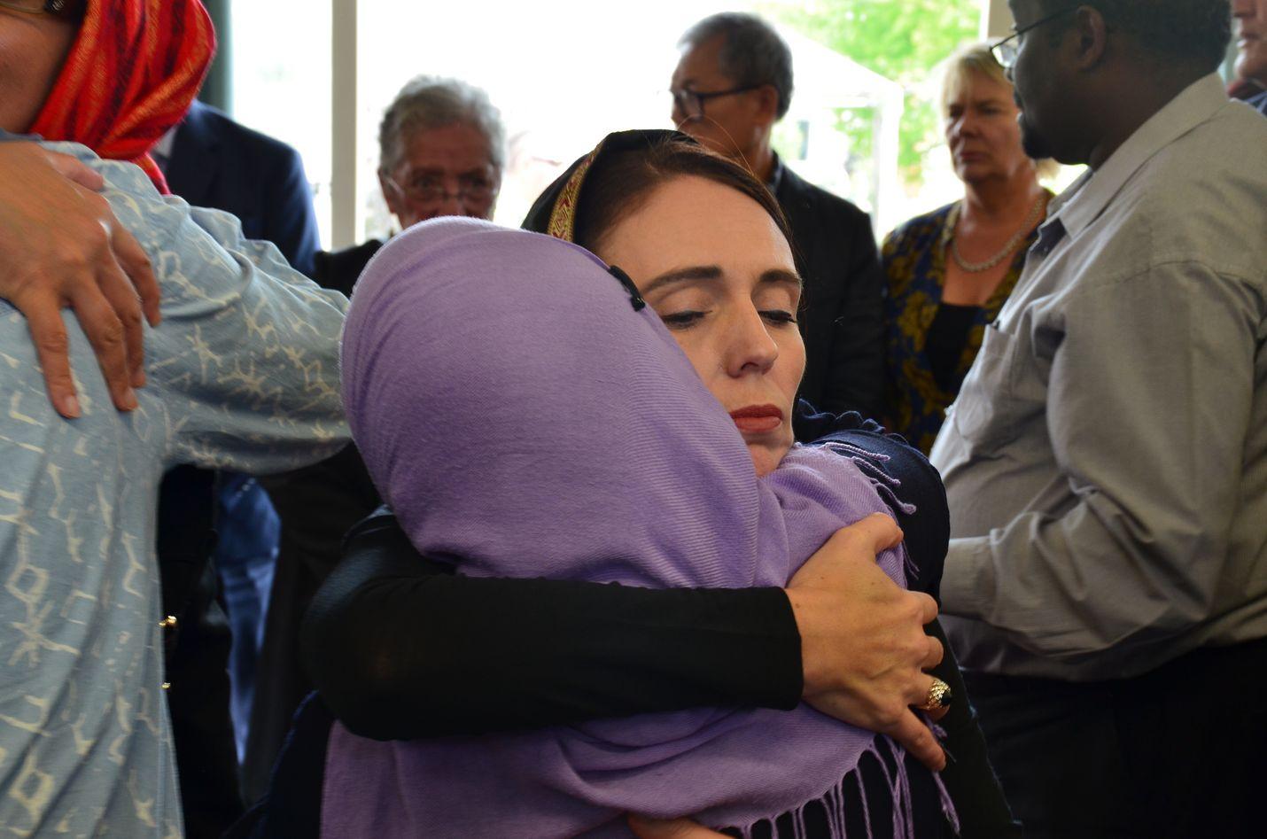 Uuden-Seelannin pääministeri Jacinda Ardern tapasi Christchurchin muslimeita moskeijaiskun jälkeen viime maaliskuussa. Hänen kerrotaan pitäneen päähuivia tuen osoituksena.
