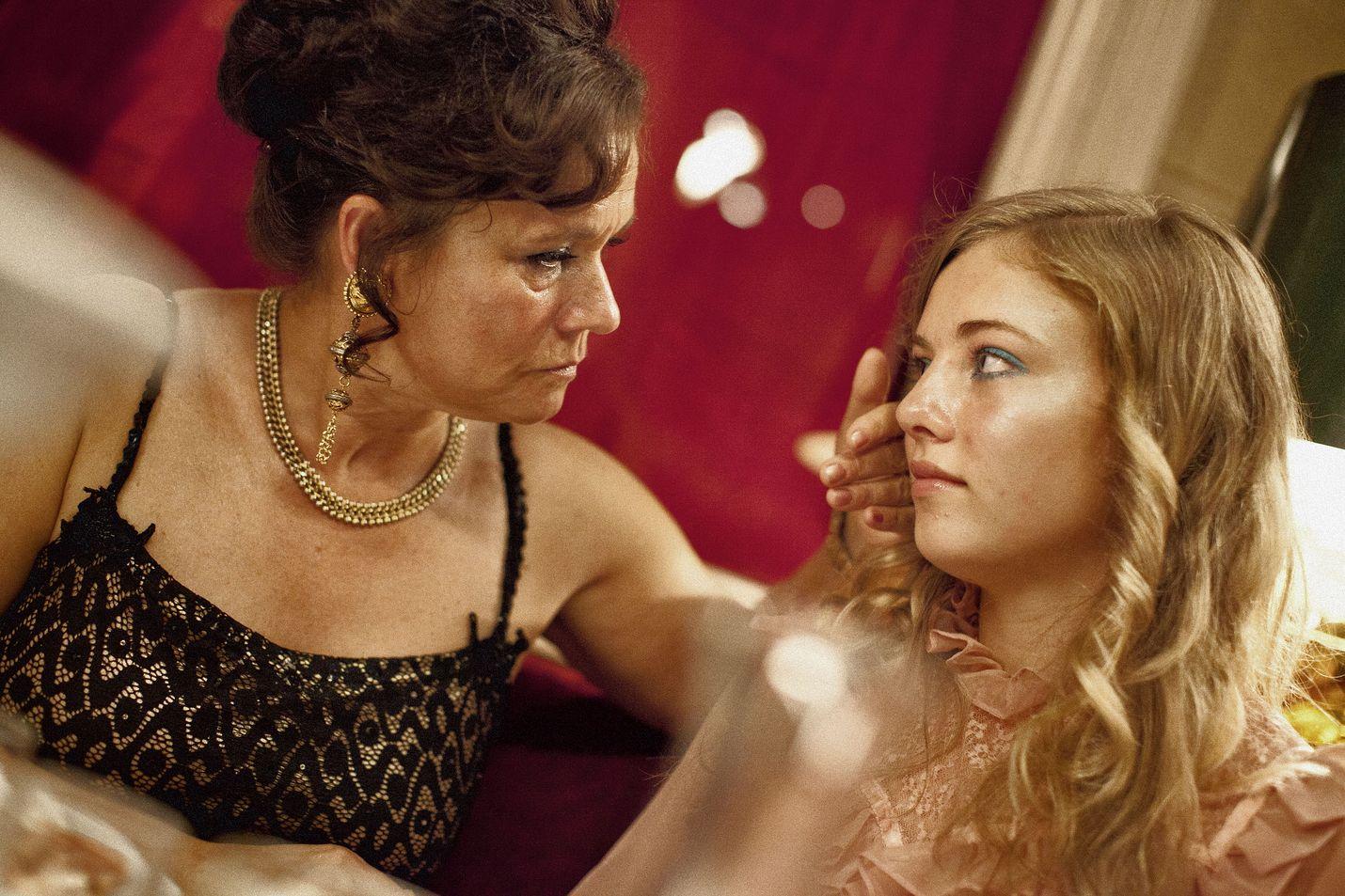 Parittaja Dagmar Glansin roolin tekee puistattavasti Pernilla August. Rinkiin päätyy nuori Iris (Sofia Karemyr) ruotsalaiselokuvassa Call Girl.