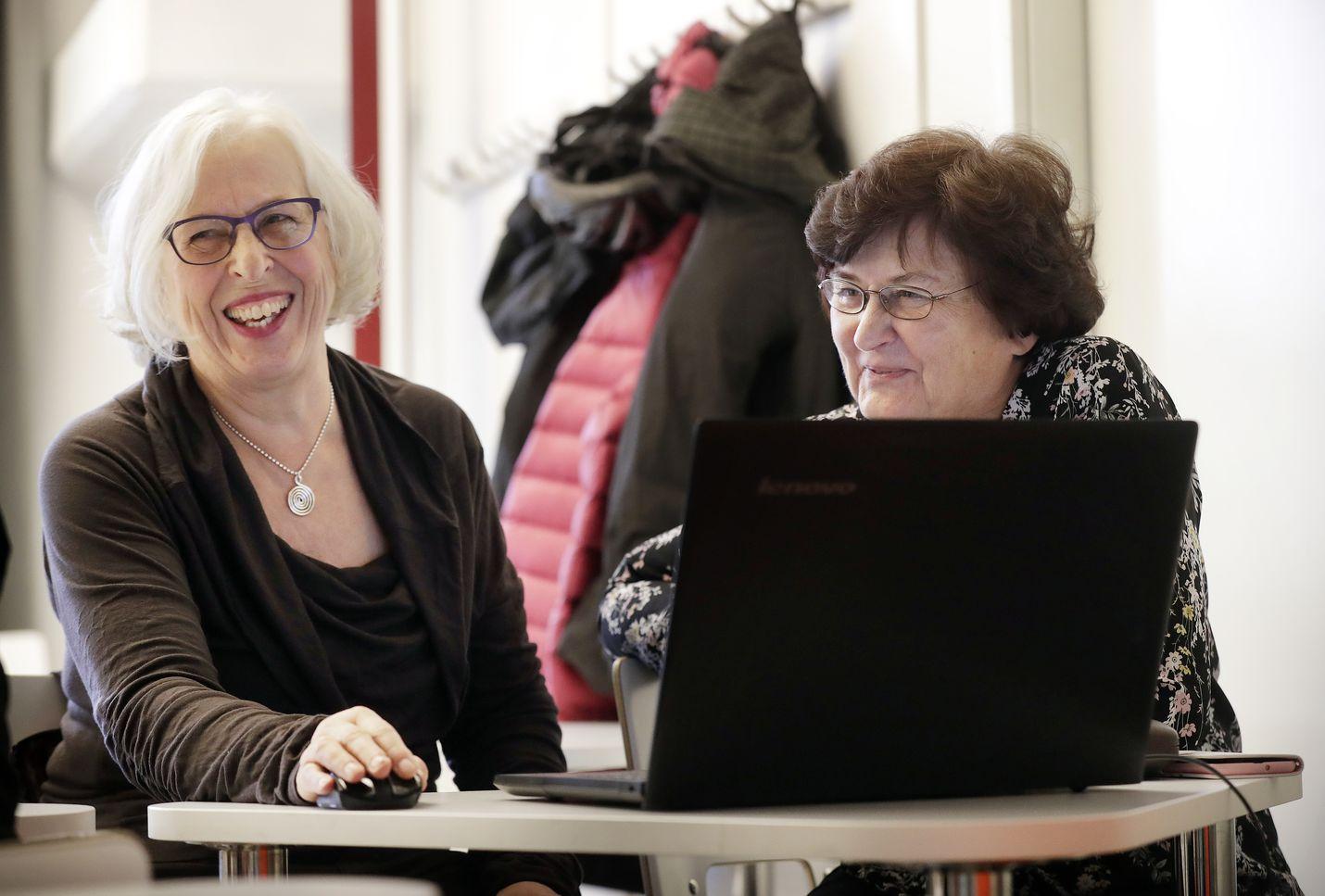 Serkukset Tuula Kaan-Toropainen ja Helena Kujanperä eivät innostu Omaolo-palvelusta. He arvelevat, että sähköisen palvelun käyttöön on vaikea houkutella vanhempaa ikäpolvea.