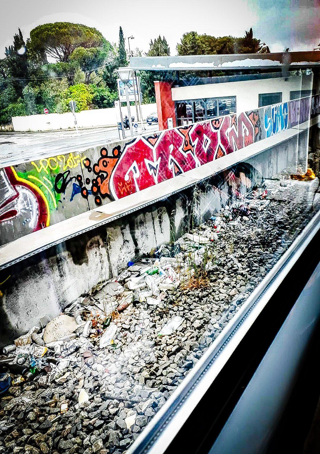 """Etelä-Ranskassa junamatkalla Cannes–Nizza voi """"ihailla"""" maisemien lisäksi myös raiteiden viereen kerääntyneiden tyhjien pullojen ja tölkkien määrää."""