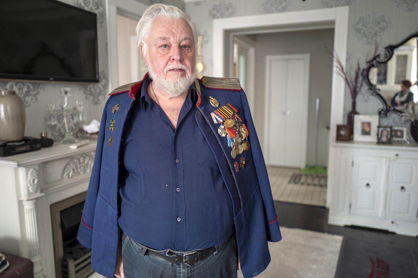 Nevan rannalla Stalinin aikaisessa kivitalossa asuva Boris Almazov on kasakoiden merkittävä kulttuurihahmo, joka on kirjoittanut aiheesta kirjoja ja tuntee kasakkamusiikin ja runouden. Hän esittelee aitoa kasakkatakkia, joka on sininen.