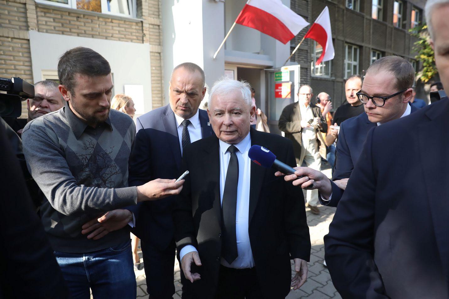 Hallitsevan Laki ja oikeus -puolueen johtaja Jaroslaw Kaczynski puhui sunnuntaina toimittajien kanssa Varsovassa käytyään äänestämässä.