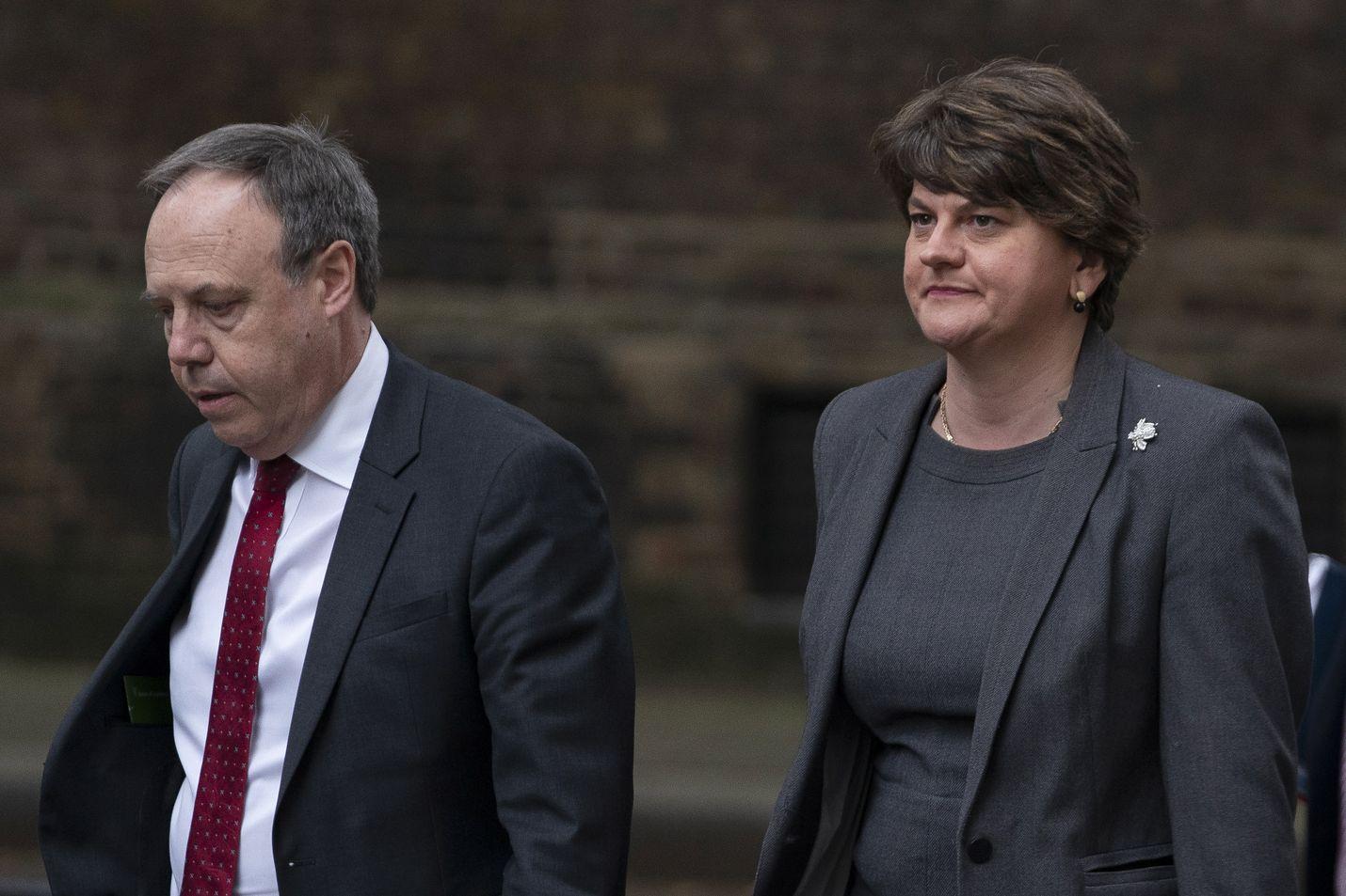 Pohjoisirlantilaisen DUP-puolueen puheenjohtaja Arlene Foster (oik.) ja varapuheenjohtaja Nigel Dodds saapuivat neuvottelemaan Britannian pääministerin Boris Johnsonin virka-asunnolle Lontoossa viime viikolla.