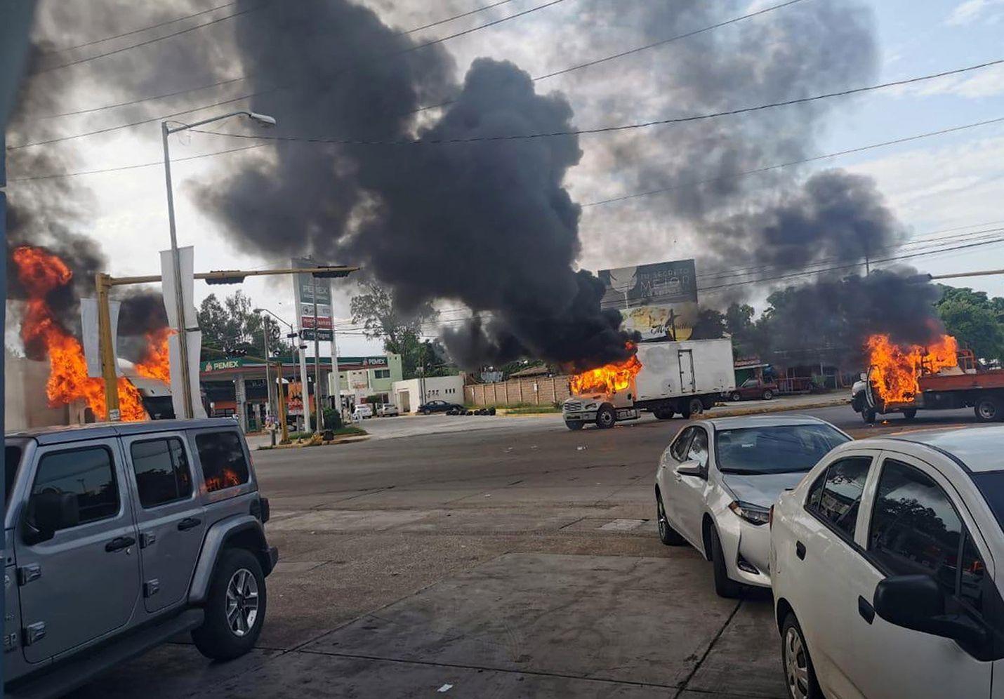 Huumekartelli Sinaloan pyssymiehet sytyttivät ajoneuvoja tuleen ottaessaan yhteen poliisin ja sotilaiden kanssa Culiacanin kaupungissa Meksikossa torstaina.