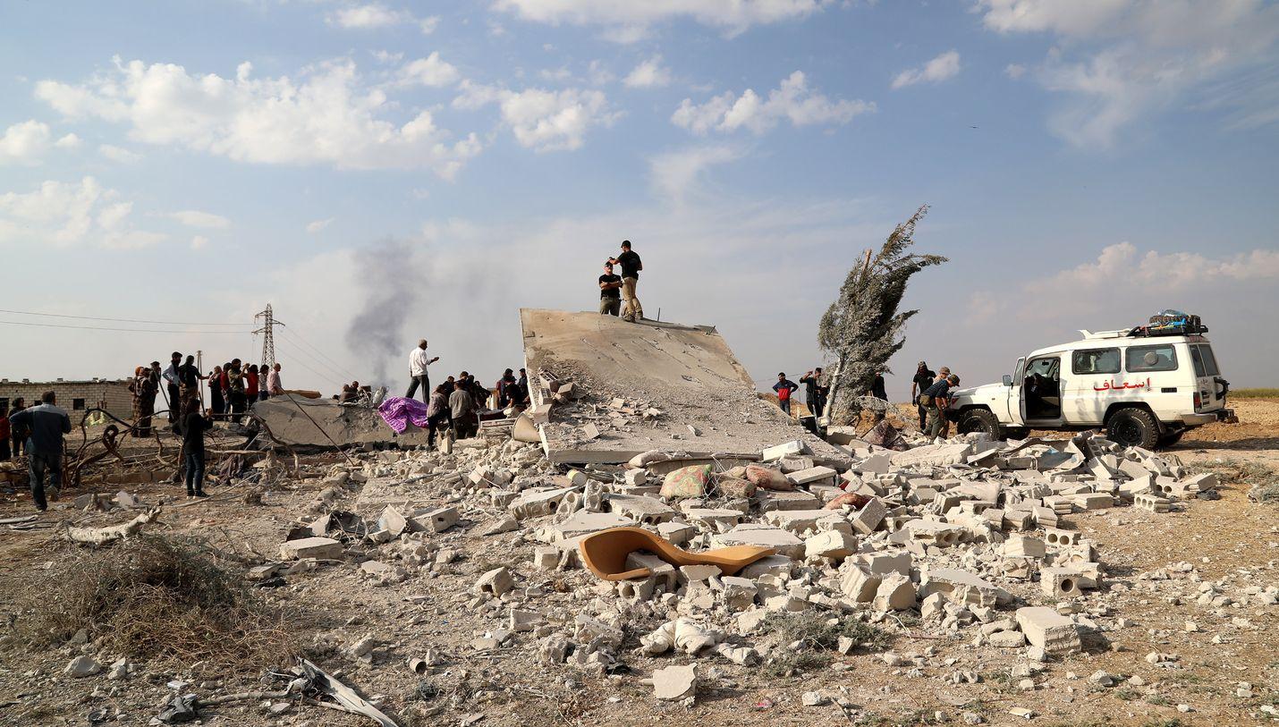 Turkki suostui torstaina viiden päivän tulitaukoon Syyriassa, mutta maailman johtajat ovat arvostelleet sitä vain vaatimukseksi kurdien antautumiselle. Perjantaina amerikkalaiset vapaaehtoiset etsivät uhreja pommitettujen talojen raunioista Ras al-Ain kaupungissa.