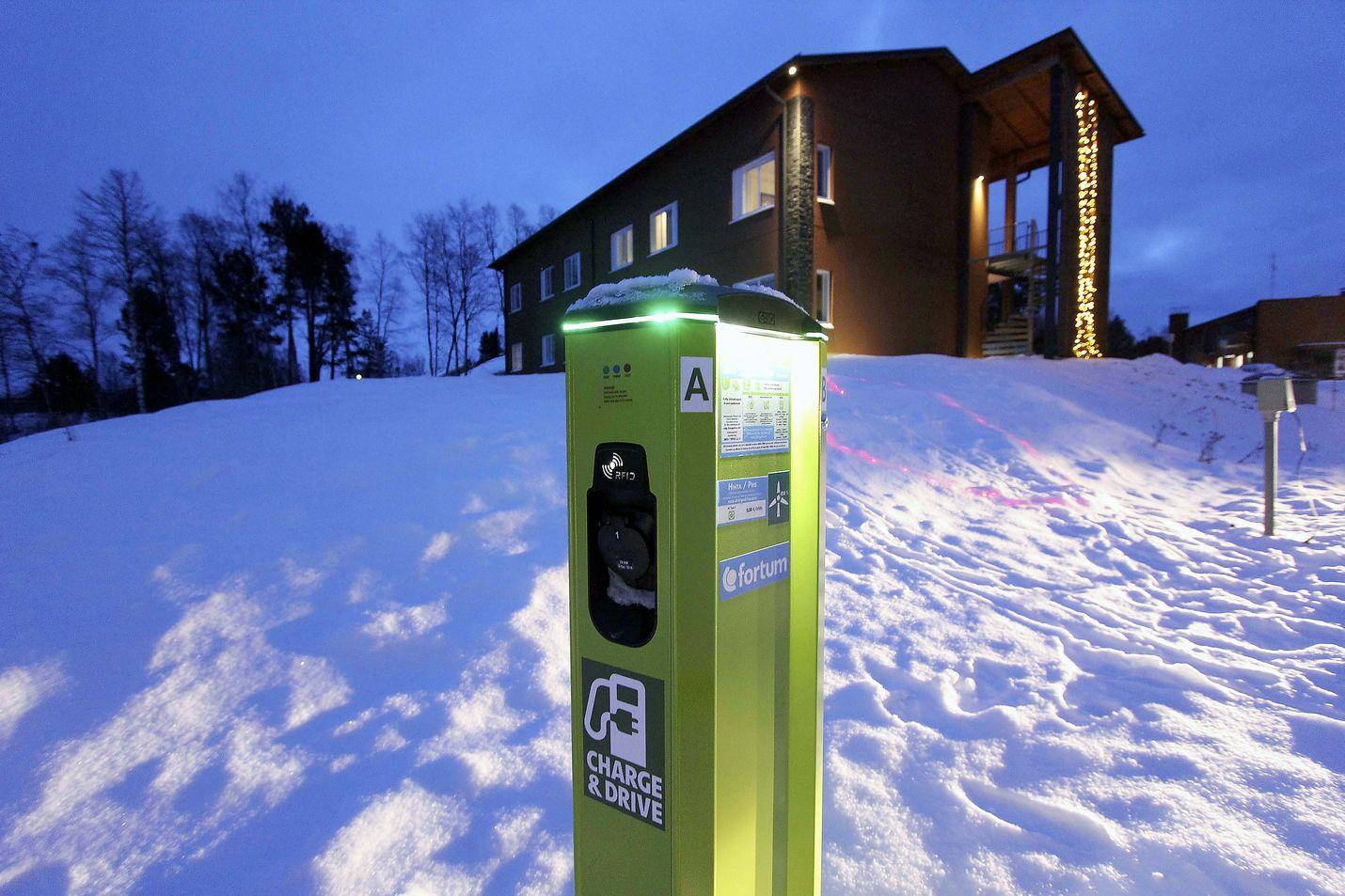 Lapissa on jo hotellien ja matkailukeskusten yhteydessä sähköautojen latauspisteitä, kuten tässä hotellin Inarin pihalla. Ympäristöministeriö haluaa kuitenkin niiden määrän moninkertaistamista.