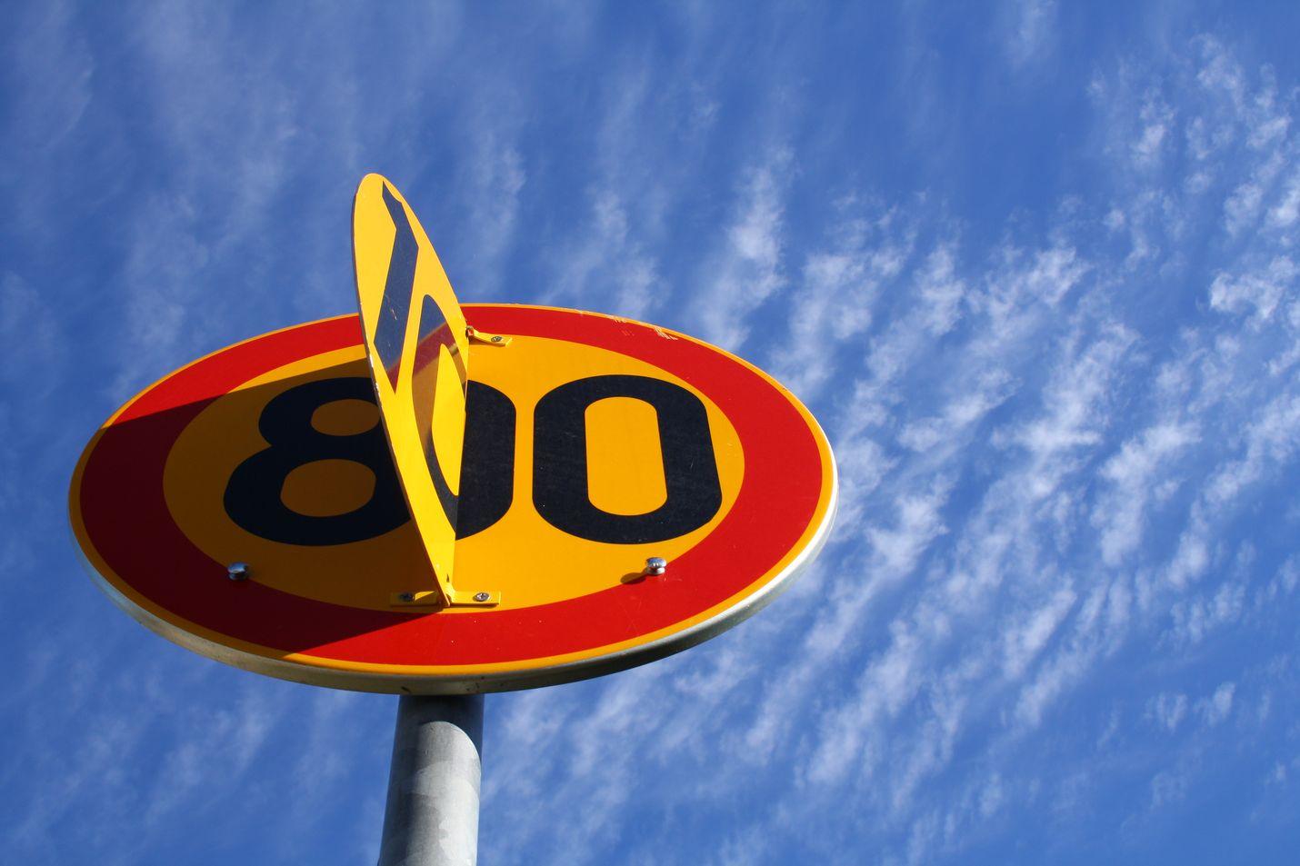 Talvinopeusrajoitukset tulevat voimaan tällä viikolla suurella osalla tiestöä. 100 km/t rajoitus putoaa 80 kilometriin tunnissa.