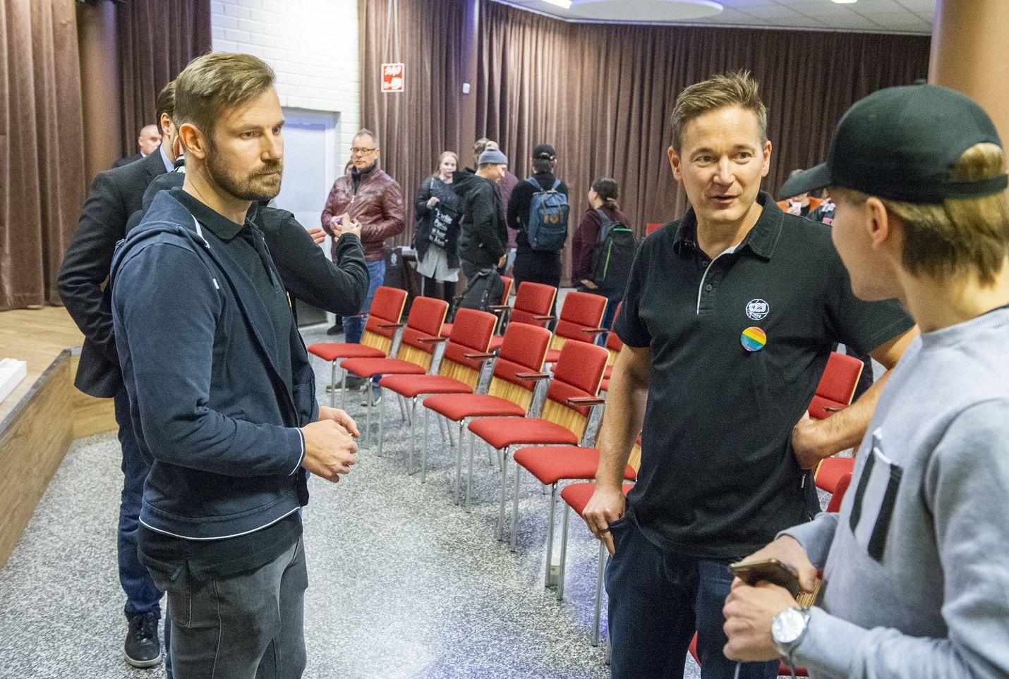 Supercellin Mikko Kodisoja (vas.) ja Ilkka Paananen ovat tuttuja nimiä Suomen tulokärjessä. Myös TPS:n jääkiekkojoukkueen pääomistajiin kuuluvat Kodisoja ja Paananen tapasivat heikon alkukauden pelanneen joukkueen kannattajia lauantaina ennen TPS:n kotiottelua.