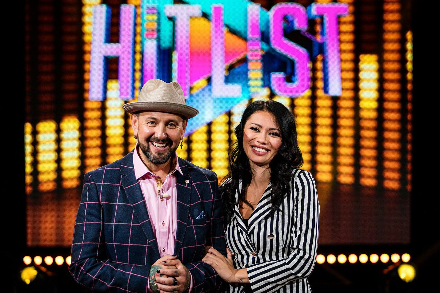 Radiojuontaja Esko Eerikäinen on ensimmäistä kertaa juontohommissa televisiossa. Shirly Karvisella on kokemusta muun muassa Temptation Island Suomesta ja Viettele vaatteilla -sarjasta.