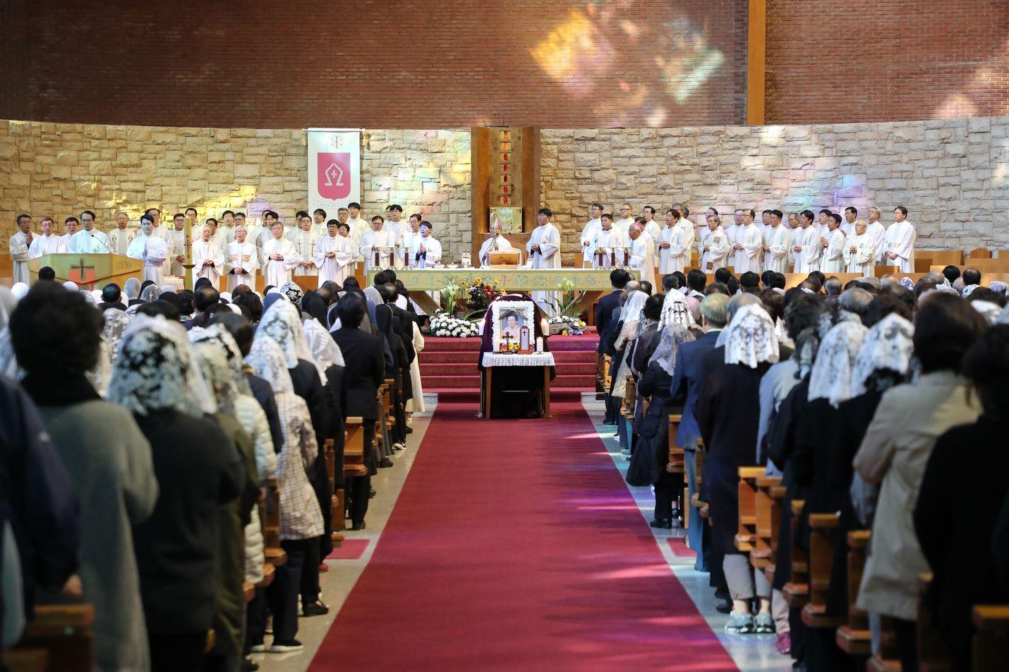 Ihmiset osallistuivat Etelä-Korean presidentin Moon Jae-inin äidin hautajaisiin Busanissa lokakuussa. Etelä-Koreassa on mahdollista kokea erikoisempiakin hautajaiskokemuksia. Hyowon Healing Center järjestää joukkohautajaisia eläville ihmisille. Tapahtumien avulla yritetään vähentää stressiä, ehkäistä itsemurhia ja muistuttaa, että elämä on arvokasta.