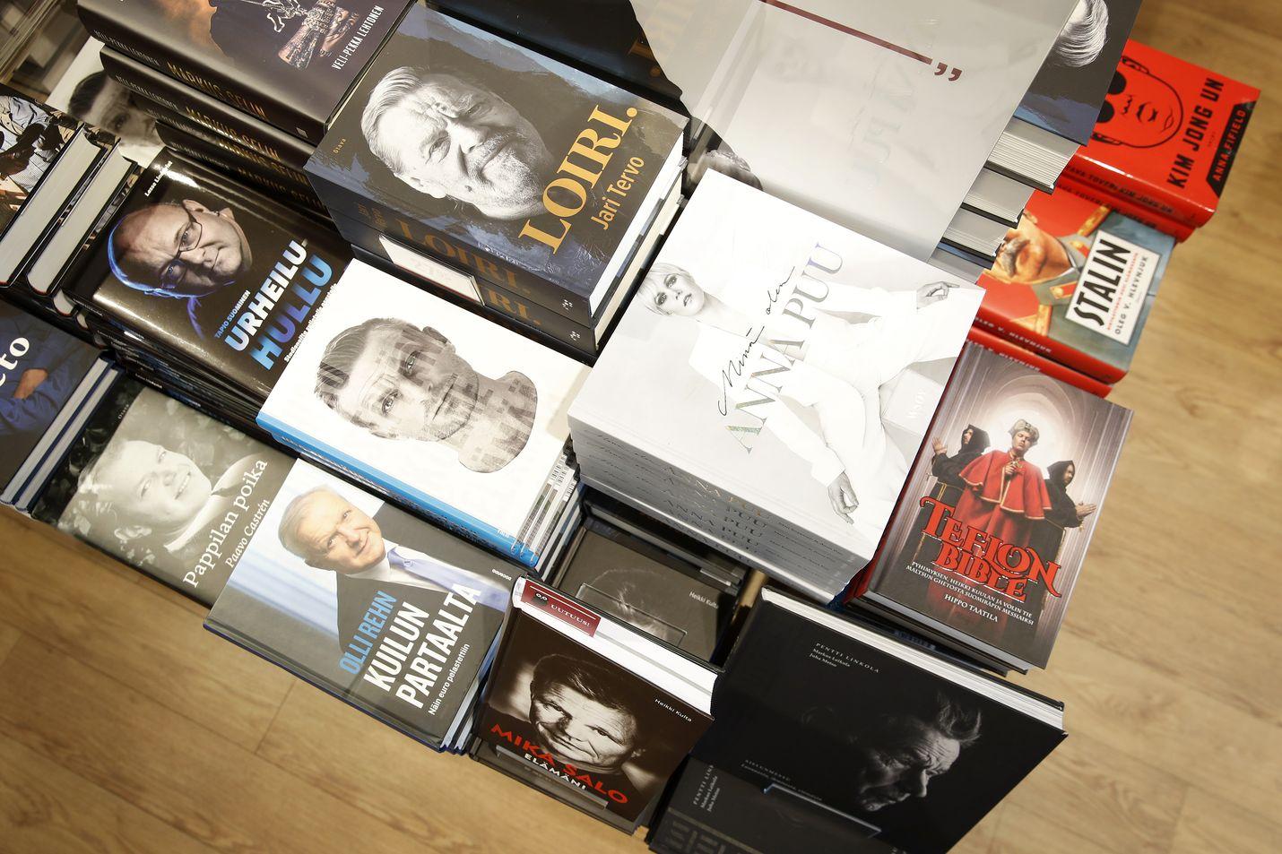 Näitä riittää. Kirjakaupoissa on elämäkerroille omia osastoja ja pöytiä, joita pitää laajentaa, kun markkinoille tulee kaiken aikaa uusia muistelijoita. Nyt nousussa ovat urheilijat ja rikolliset.
