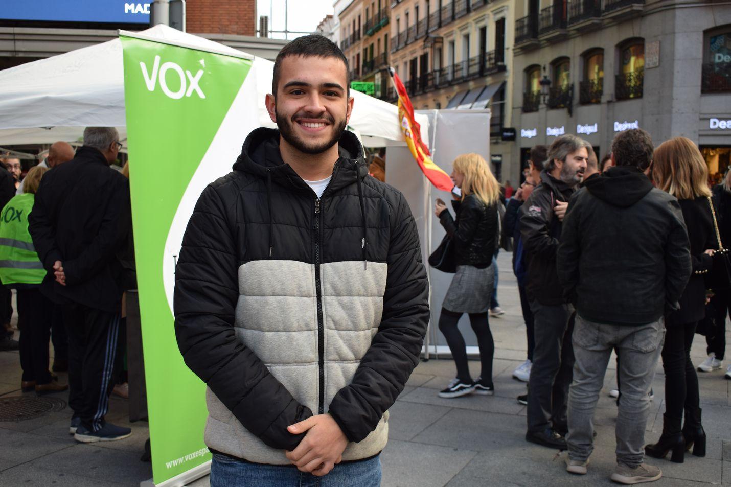 Alejandro Diego Fernández piipahti Voxin kampanjakojulla Callaon aukiolla. Opiskelija uskoo puolueen ajavan yhtenäisen Espanjan asiaa.