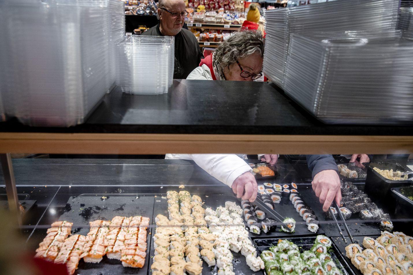 Kari ja Pirkko Saari olivat lähteneet Helsingistä katsomaan voittajakauppaa ja noutamaan sushia isänpäiväksi.