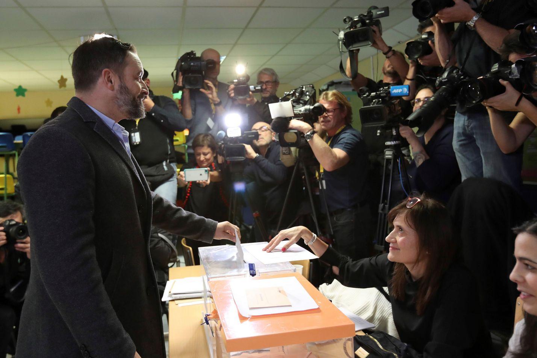 Oikeistopopulistisen Vox-puolueen johtaja Santiago Abascal antoi äänensä Madridissa.
