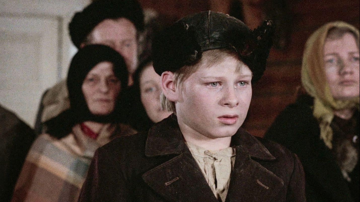 Viimeinen savotta kertoo huutolaispoika Vikke Nilon elämästä 1900-luvun alusta 1960-luvulle. Nuoren Viken roolissa on Torsti Kovaleff.