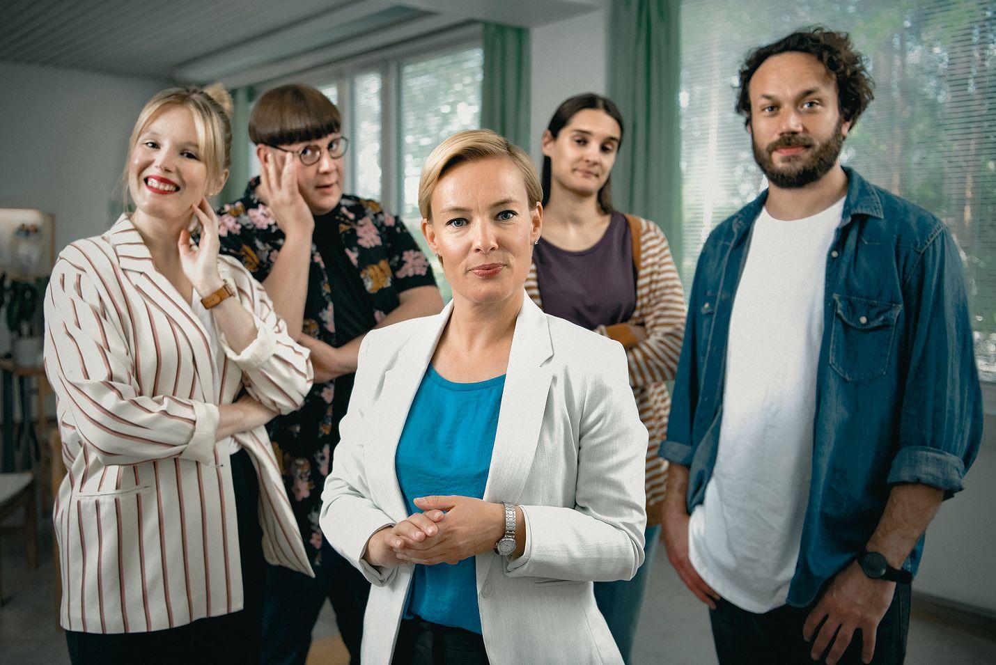 Uudehkot tv-kasvot Pia Andersson, Mikko Penttilä, Terhi Suorlahti, Sara Paasikoski ja Elmer Bäck näyttelevät kuvitteellisen yläkoulun henkilökuntaa C Moren uudessa sarjassa.