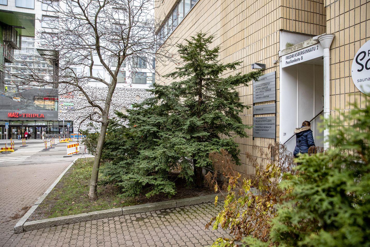 Postin avoimien ovien rekrytointitapahtuma siirrettiin tiistaina Helsingin keskustasta Pasilan raitiolla Triplan ostoskeskuksen vieressä sijaitsevaan Postin rekrytointitilaan. Kolmen aikaan iltapäivällä paikalla näkyi yksi työpaikoista kiinnostunut, ja tilassa oli juuri alkamassa jo rekrytoitujen varhaisjakelijoiden koulutustilaisuus.