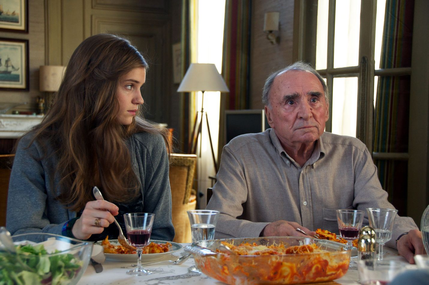 Äreä pariisilaisvanhus (Claude Brasseur) ottaa opiskelijan (Noémie Schmidt) alivuokralaisekseen komediassa Opiskelijatar ja herra Henri.