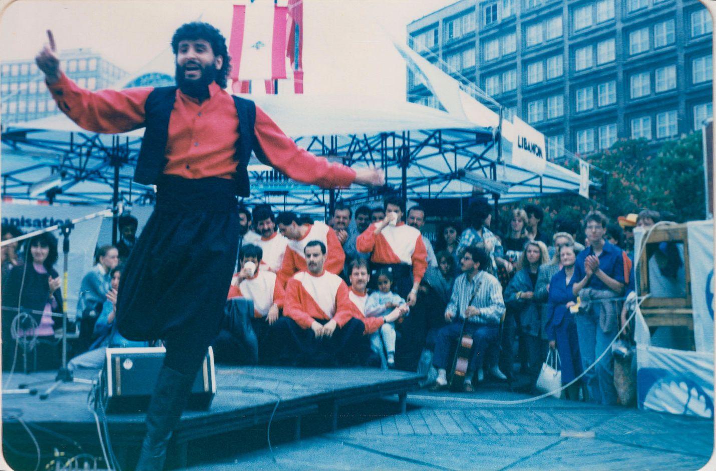 Libanonilainen Nabil tanssi DDR:ssä vuonna 1988. Dokumenttia kuvattiin kymmenen vuoden ajan eri maissa.